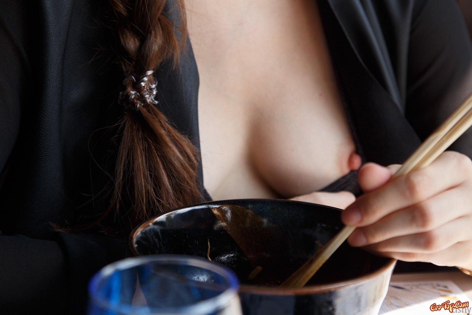 Темненькая девушка выставляет напоказ грудь на прогулке в общественных местах