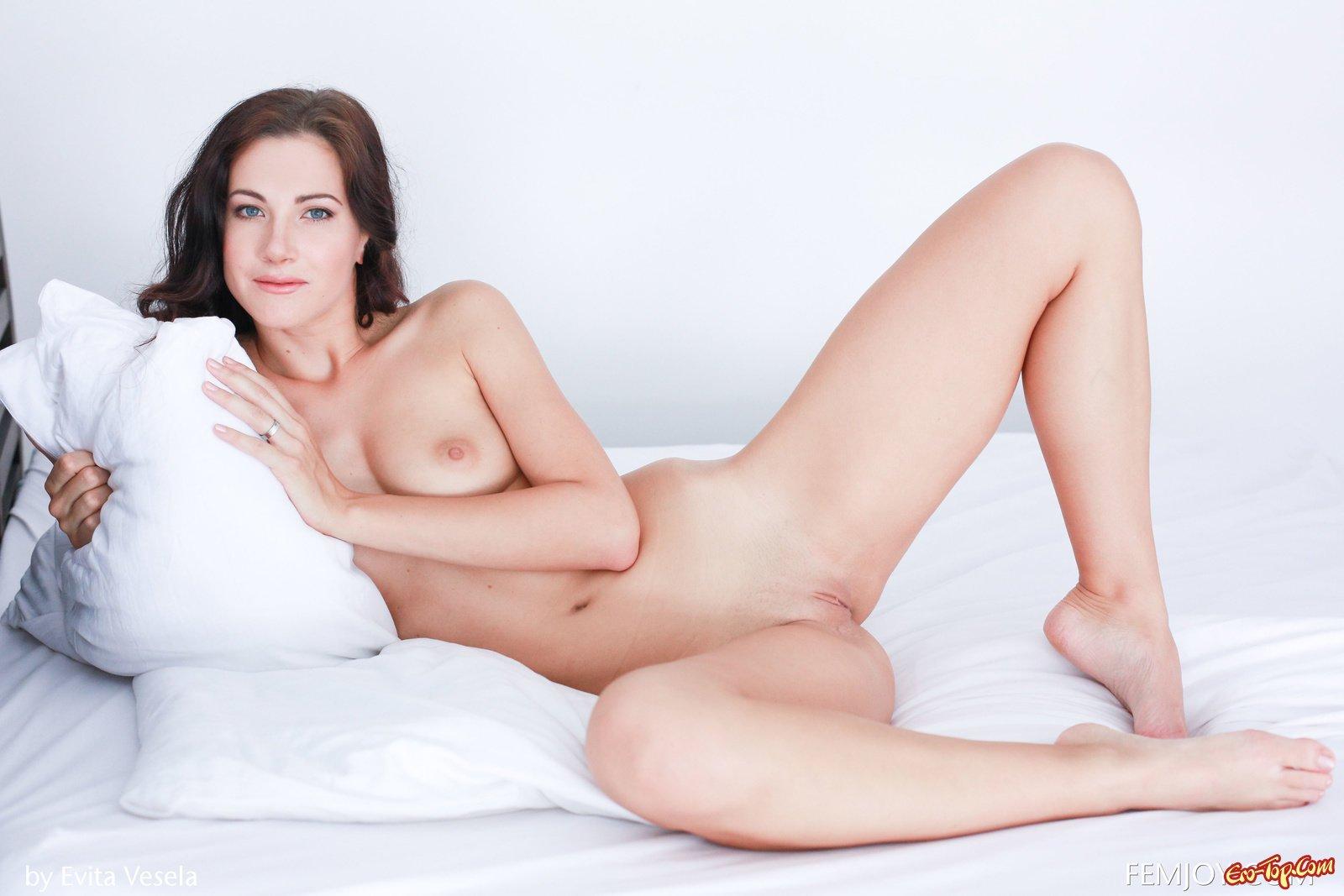 Баба сексуально стаскивает эротическое белье и ложится в кровать