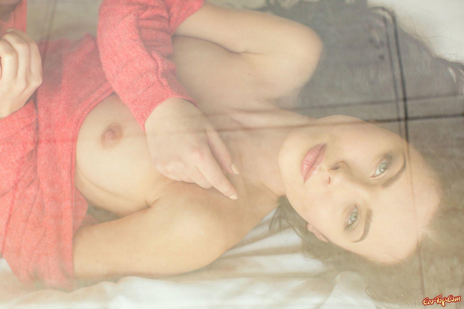Красавица раздевается на улице и в постели