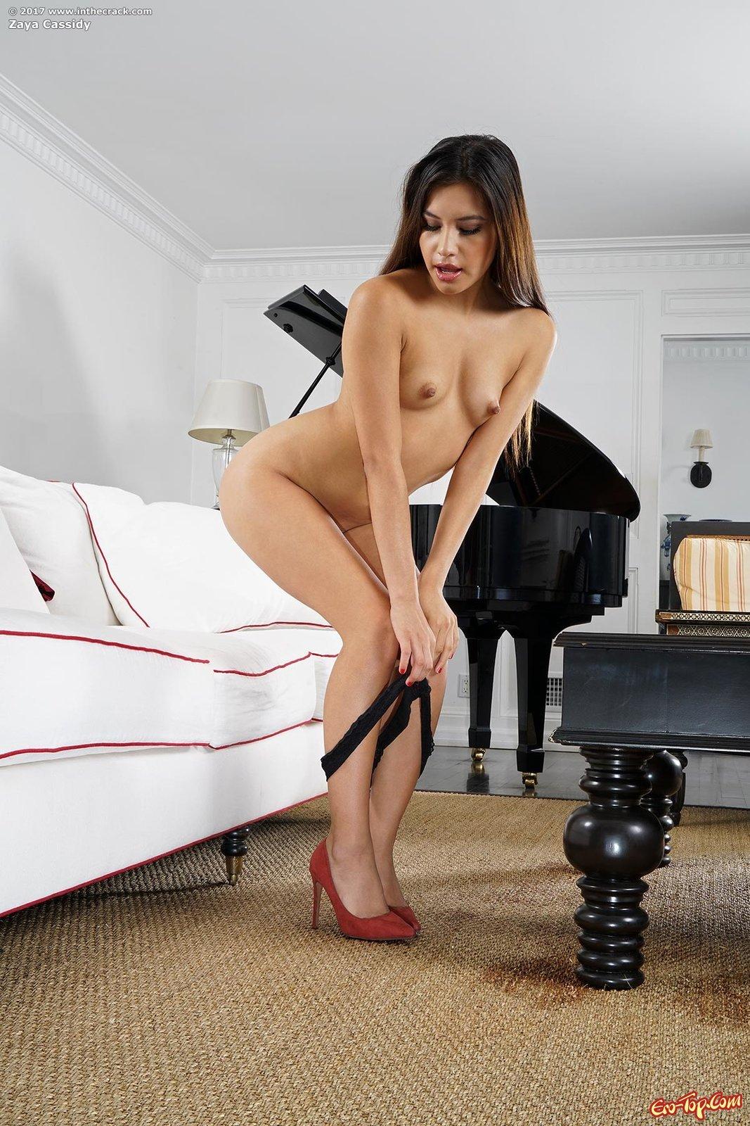 Особа женского пола в платье шалит с искуственным членом в домашних условиях