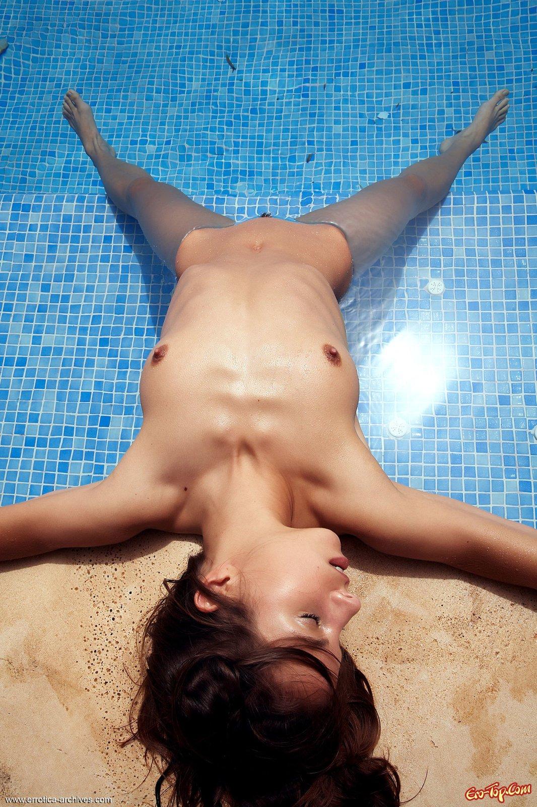 Обнаженная девушка купается и демонстрирует себя в бассейне