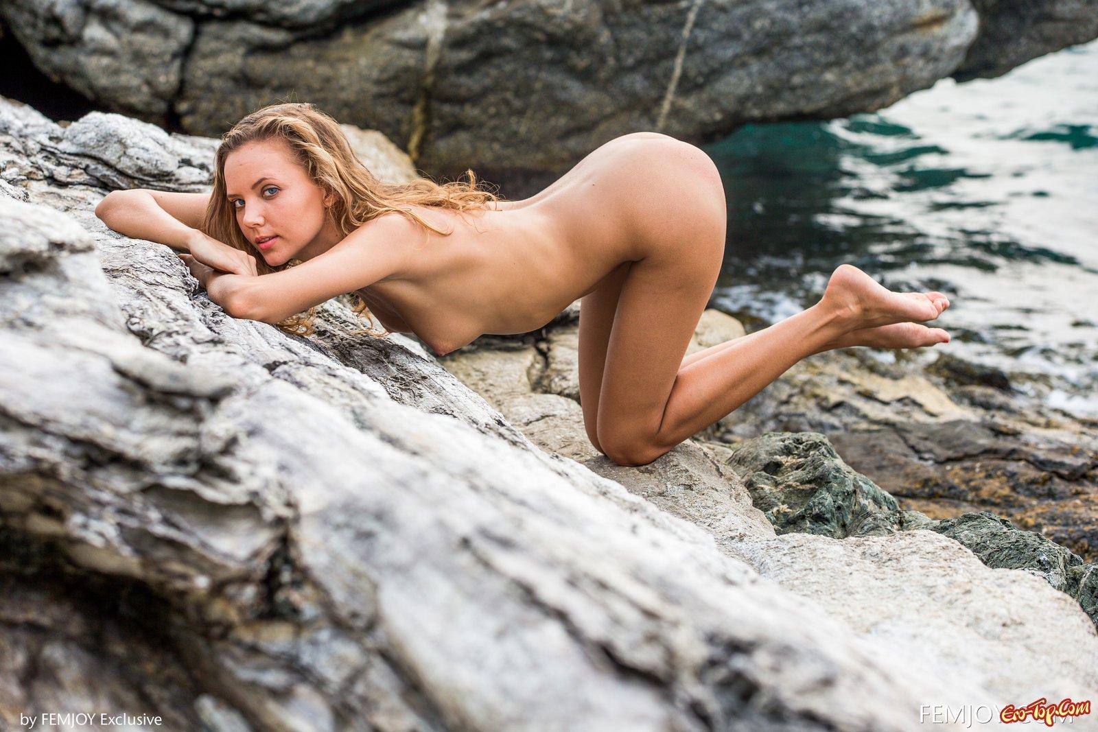Сучка стягивает купальник на скале на песке