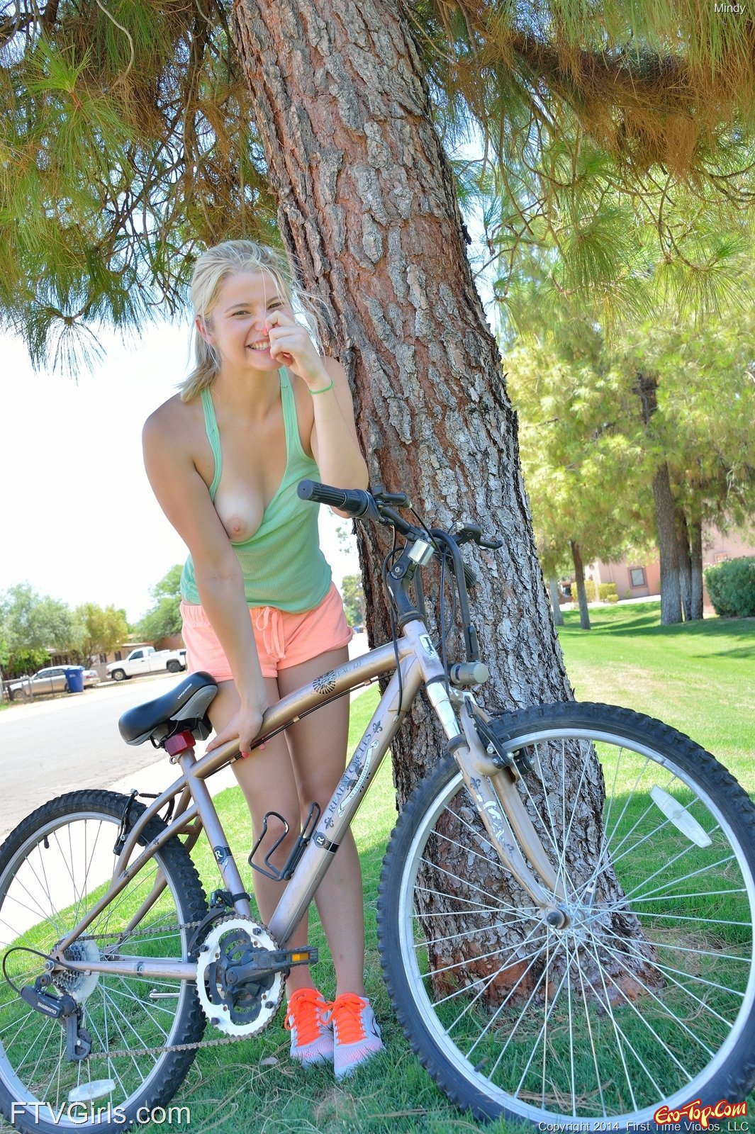 Сексуальная велосипедистка разделась