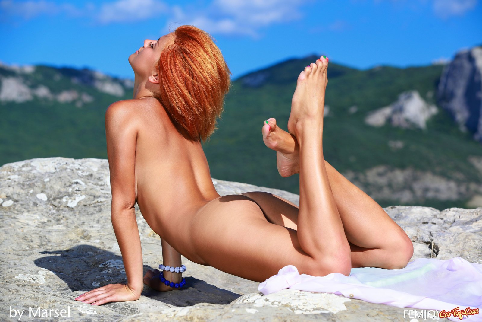 Рыжая милашка сфотографировала себя голой в горах