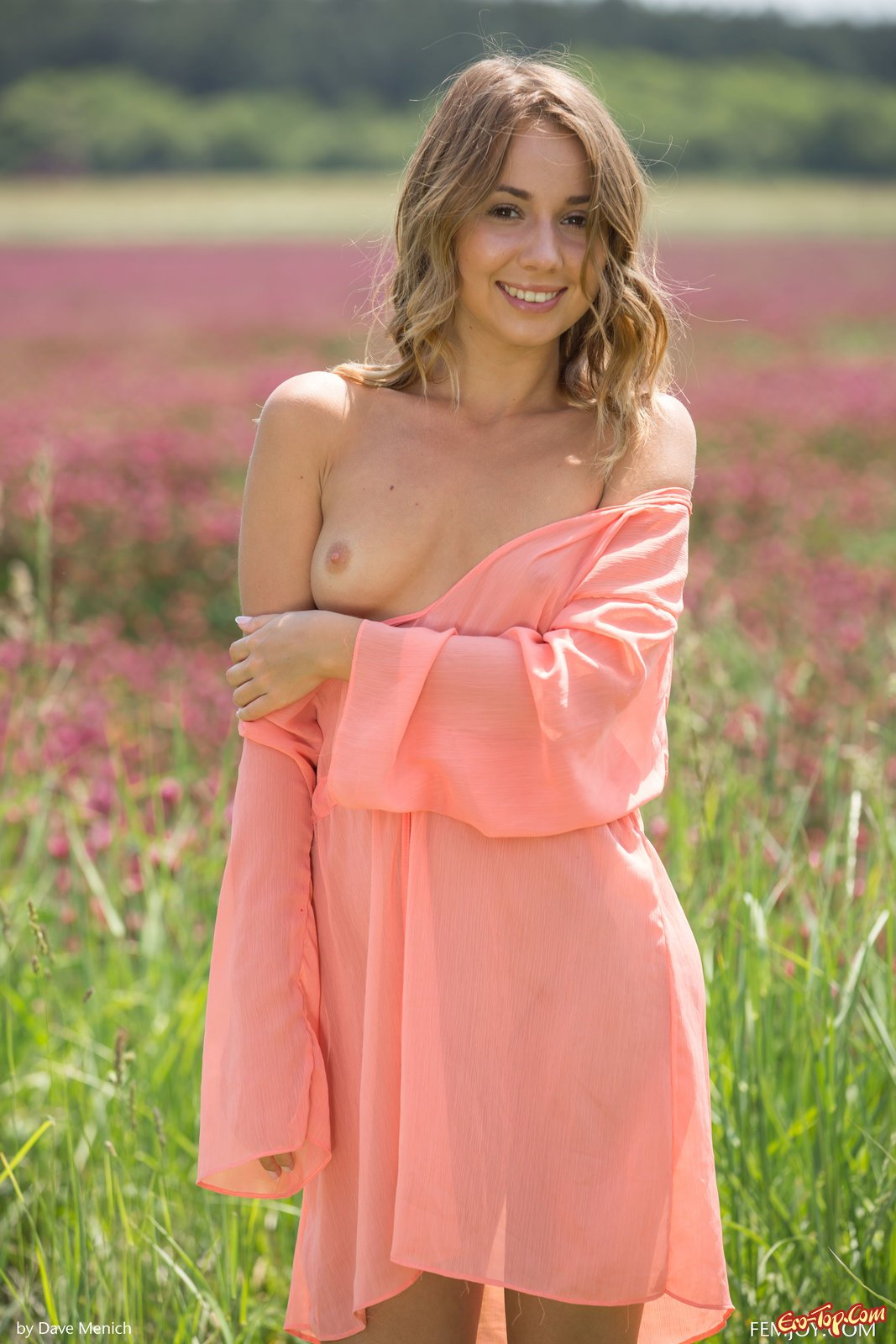 Блондиночка стянула платье и позирует в поле секс фото