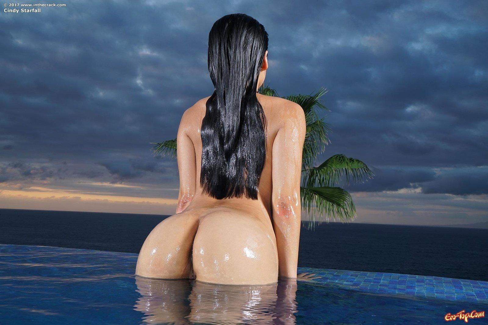 Китаянка показала киску и задницу возле бассейна