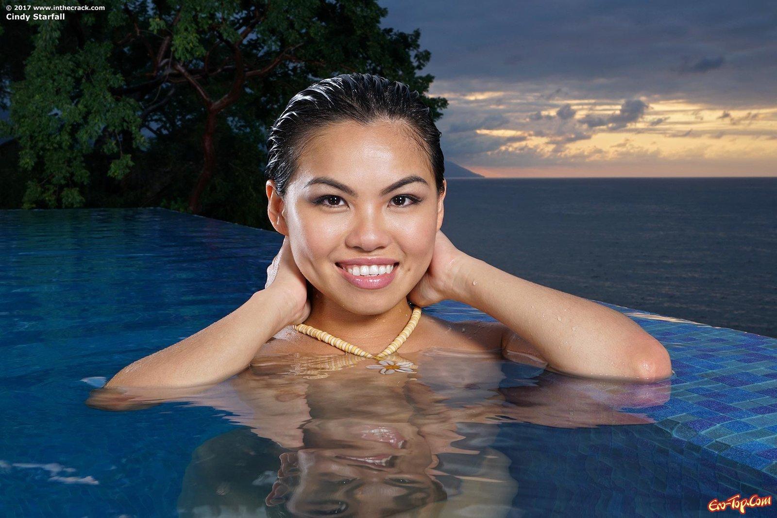 Китаянка оголила пилотку и анус около бассейна смотреть эротику