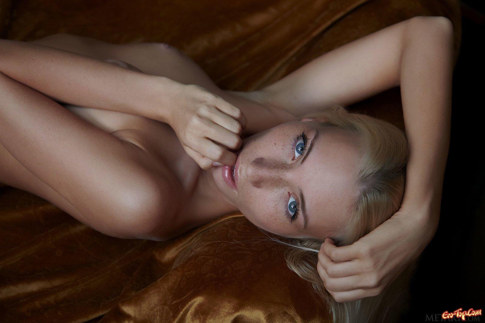 Блондиночка в веснушках лежит обнаженная на козетке секс фото