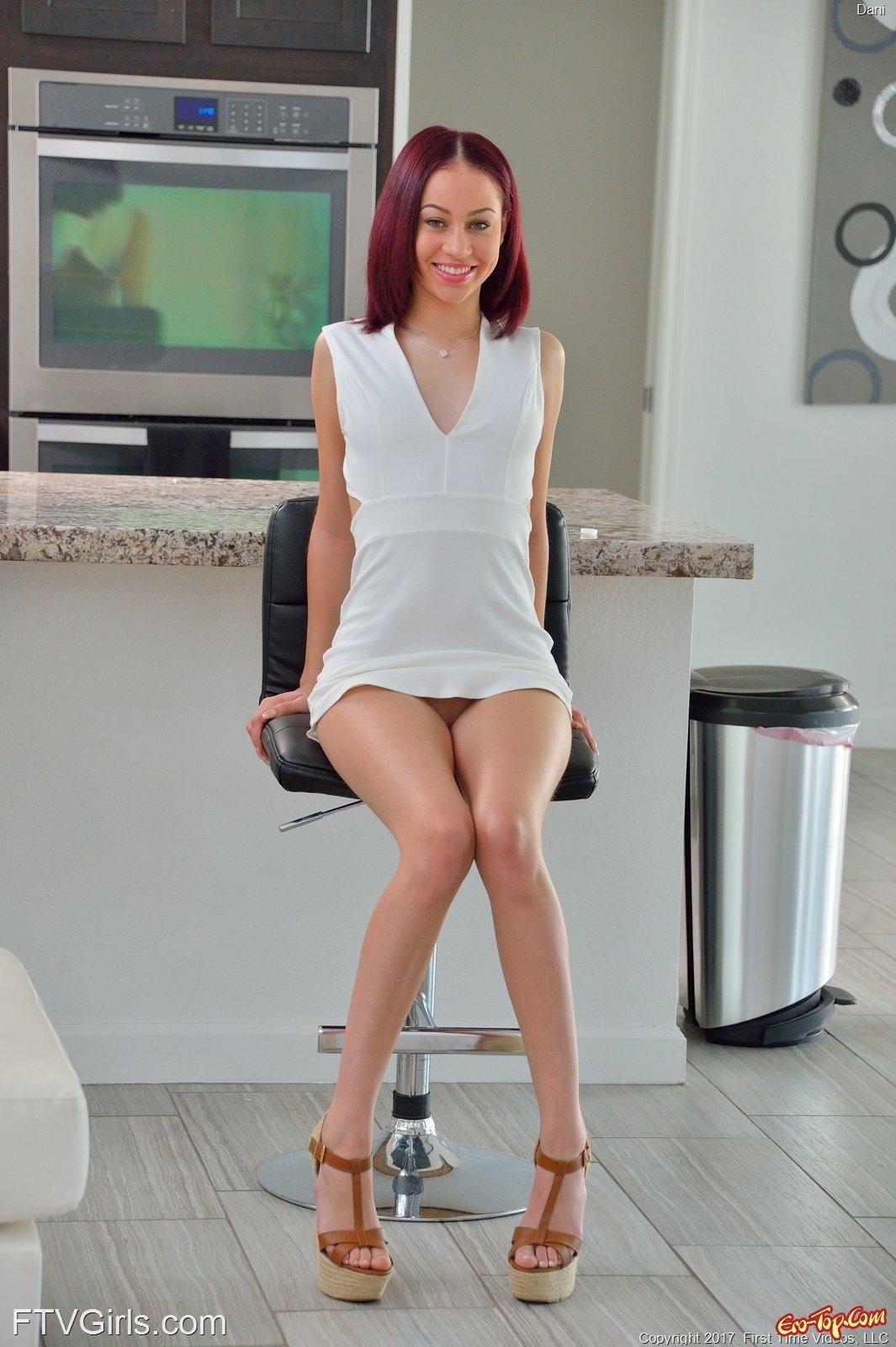 Соблазнительная модель стягивает платье в домашних условиях