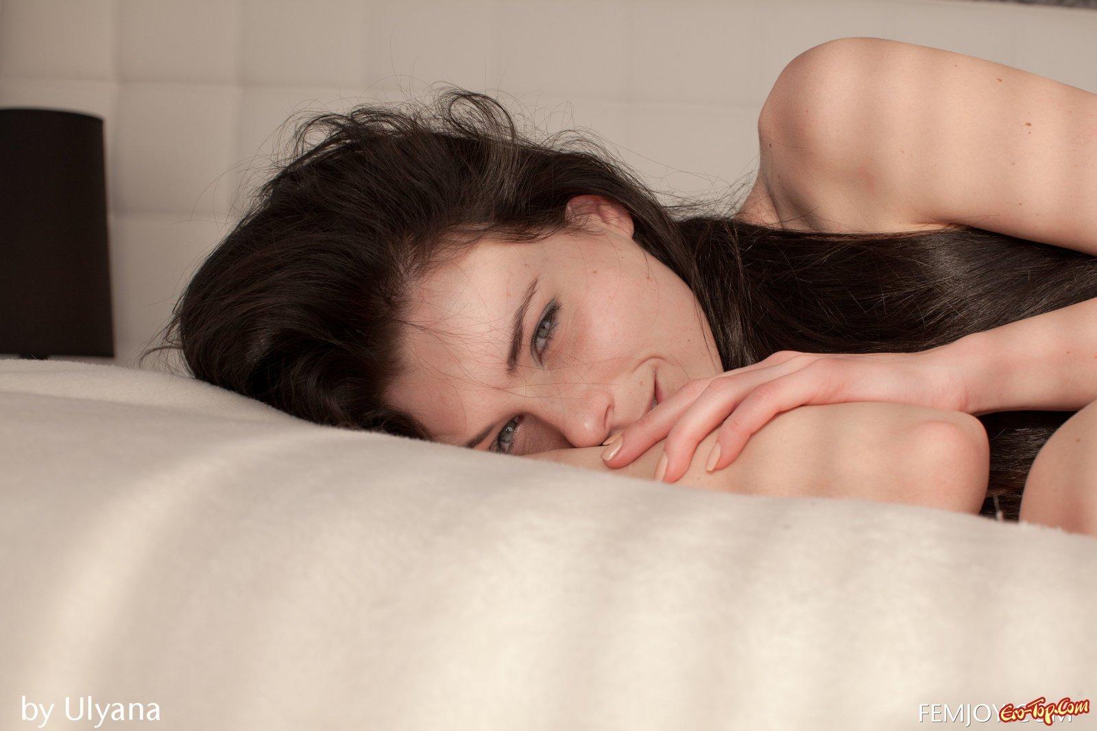 Нежная девушка снимает нижнее белье в постели