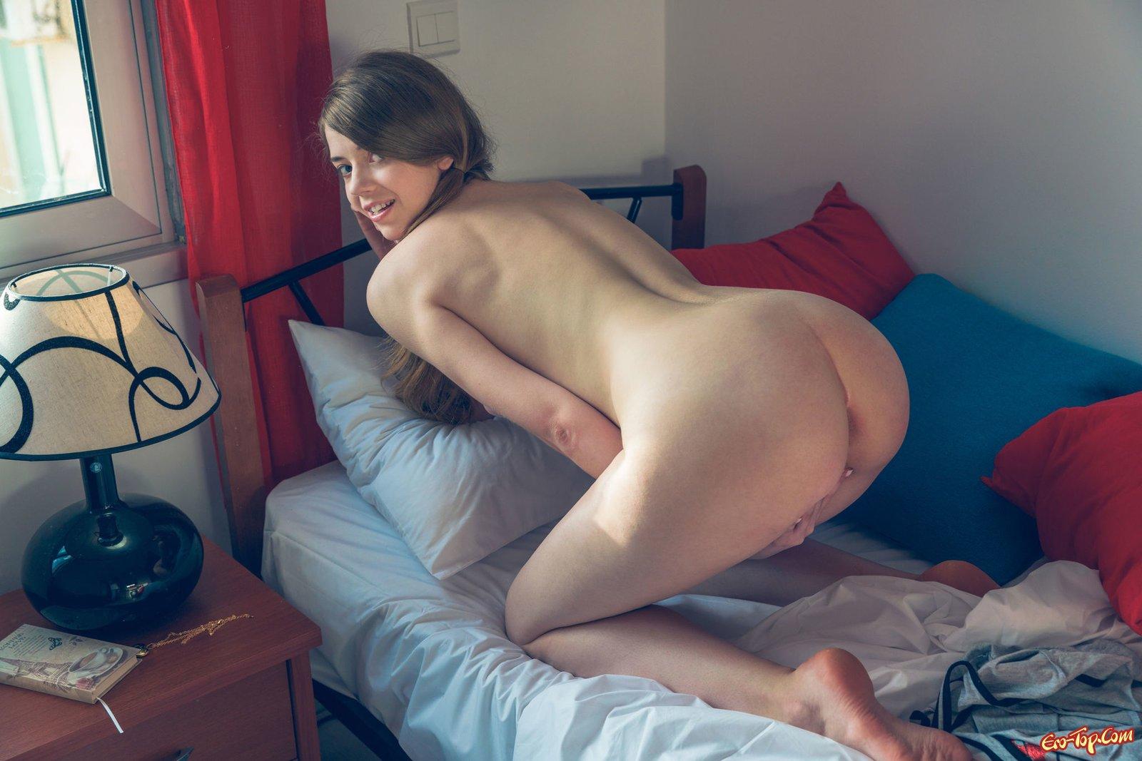 Игривая девка раздевается у себя в квартире