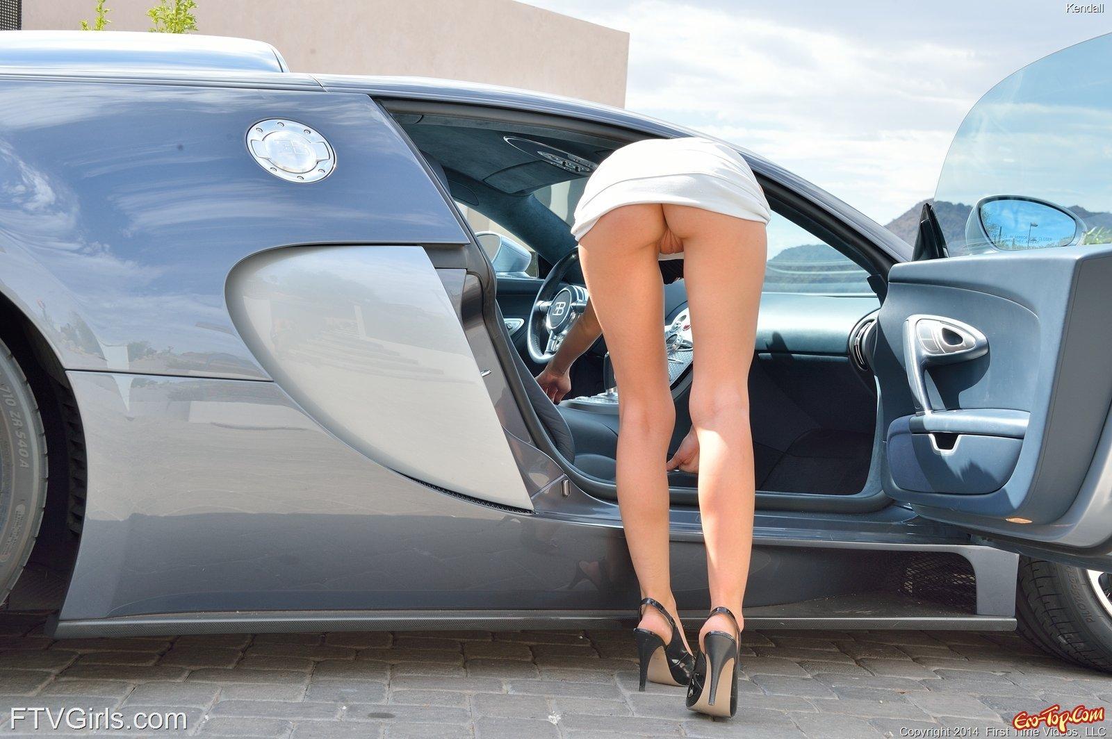 Пафосная особа женского пола жаждет снимать трусы у дороги