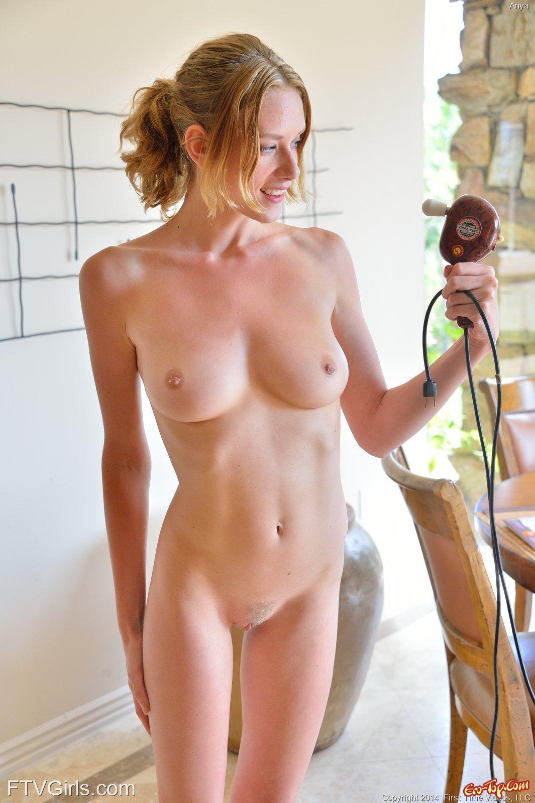 Возбужденная девка дрочит вибратором на полу смотреть эротику