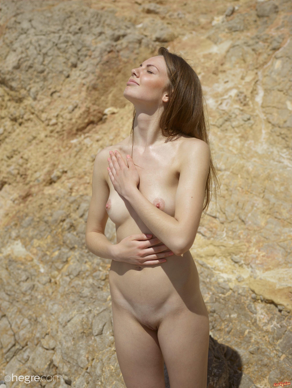 Русском клубе голая на диком пляже девушку автобусе картинки