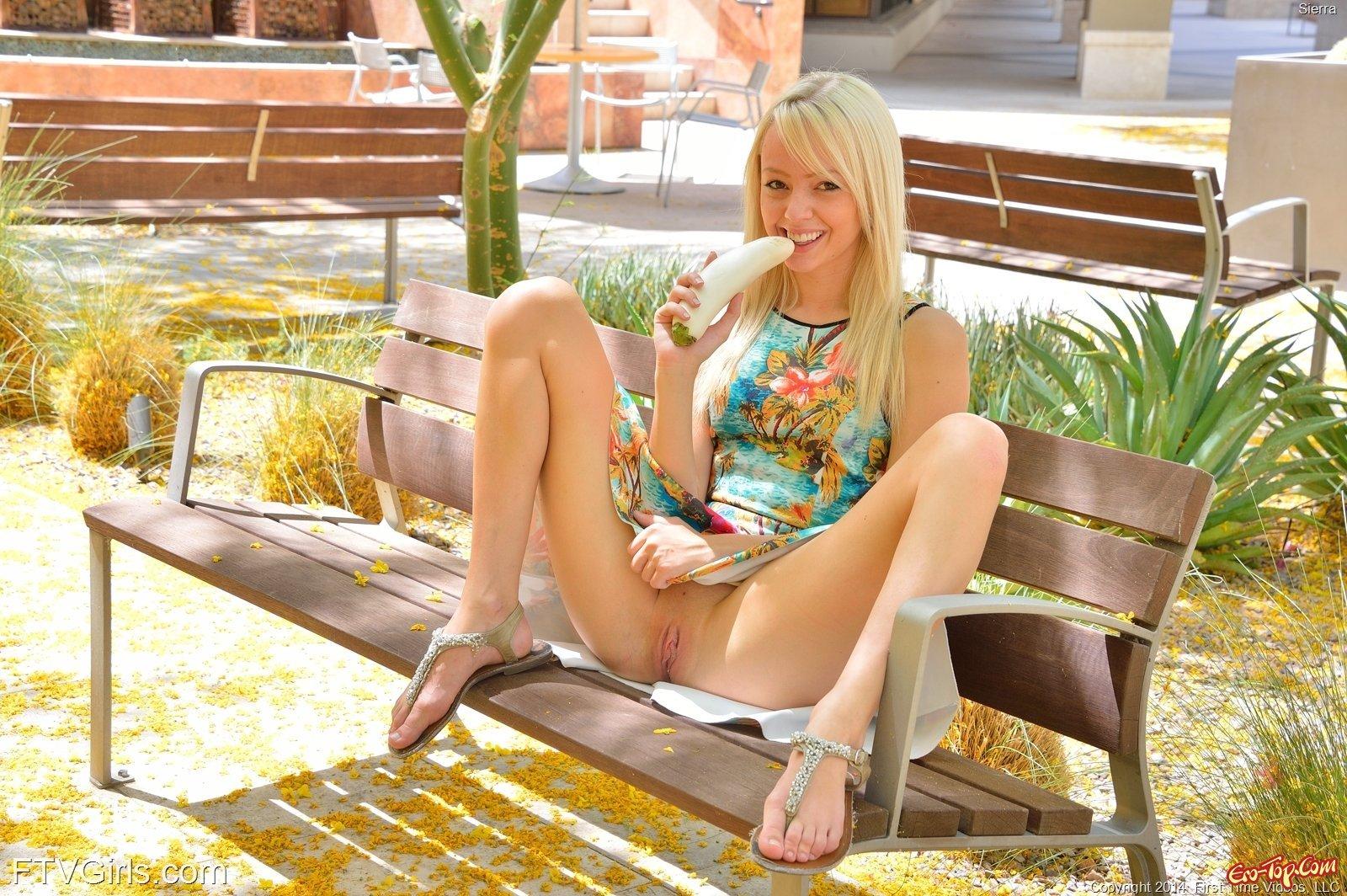 Блондинка хвастается писькой и онанирует в городе секс фото