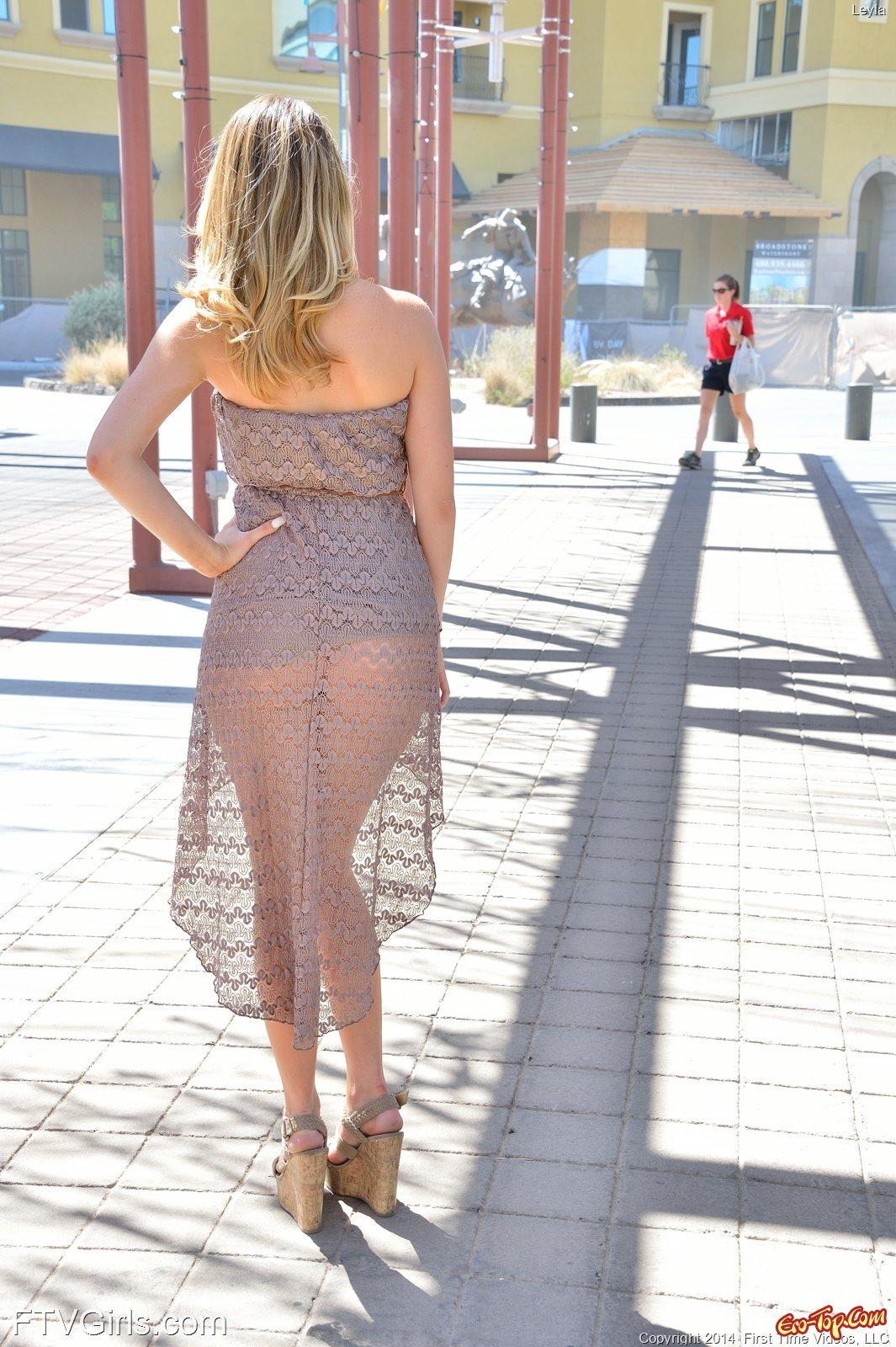 Девушка в платье без трусов гуляет по городу