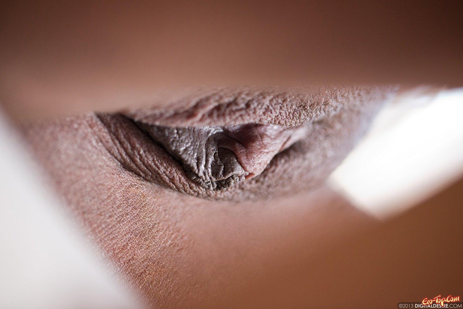Соблазнительная негритянка оголила пилотку лежа на кушетке смотреть эротику