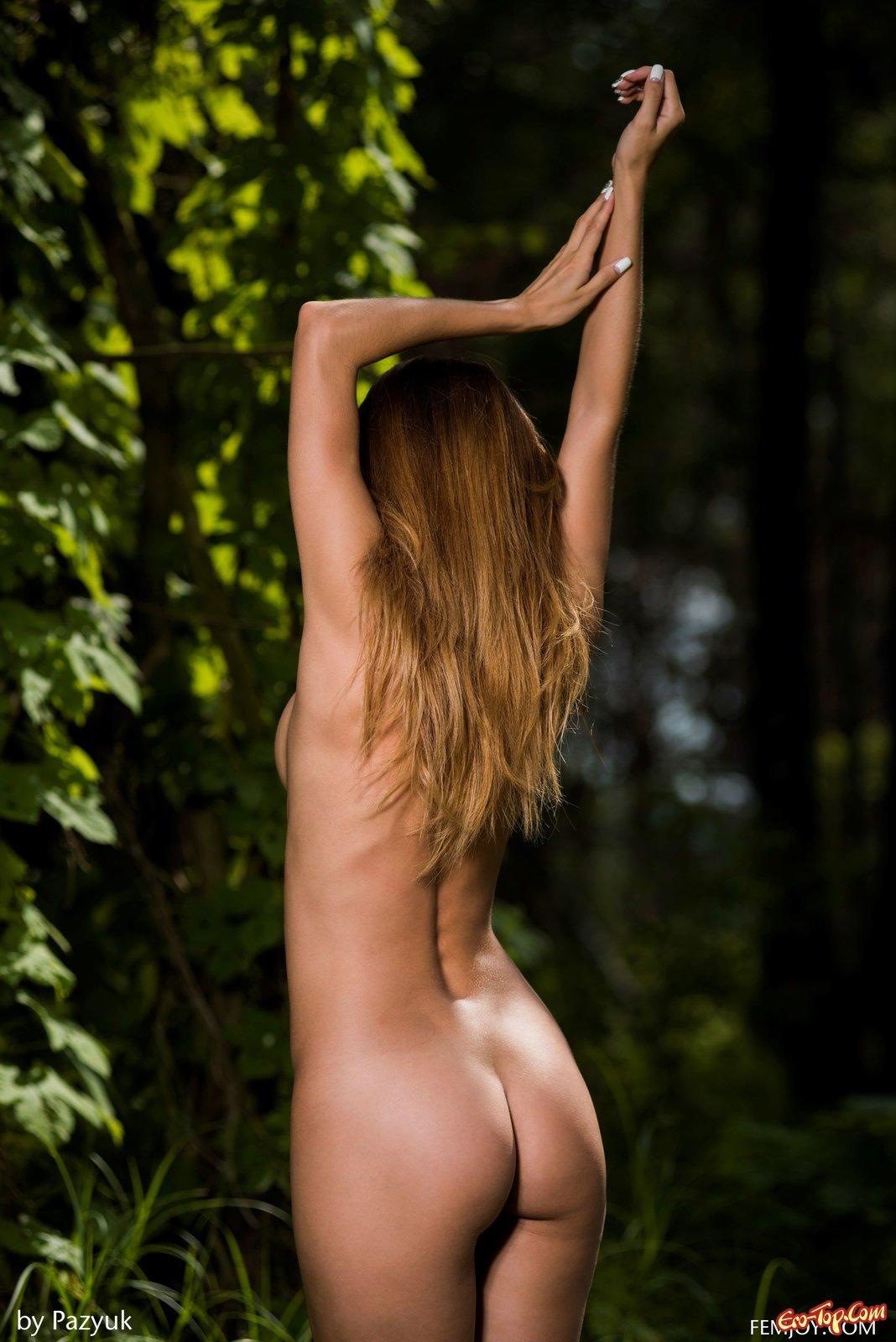 Страстная баба сняла трусы сидя на пуфе в лесу