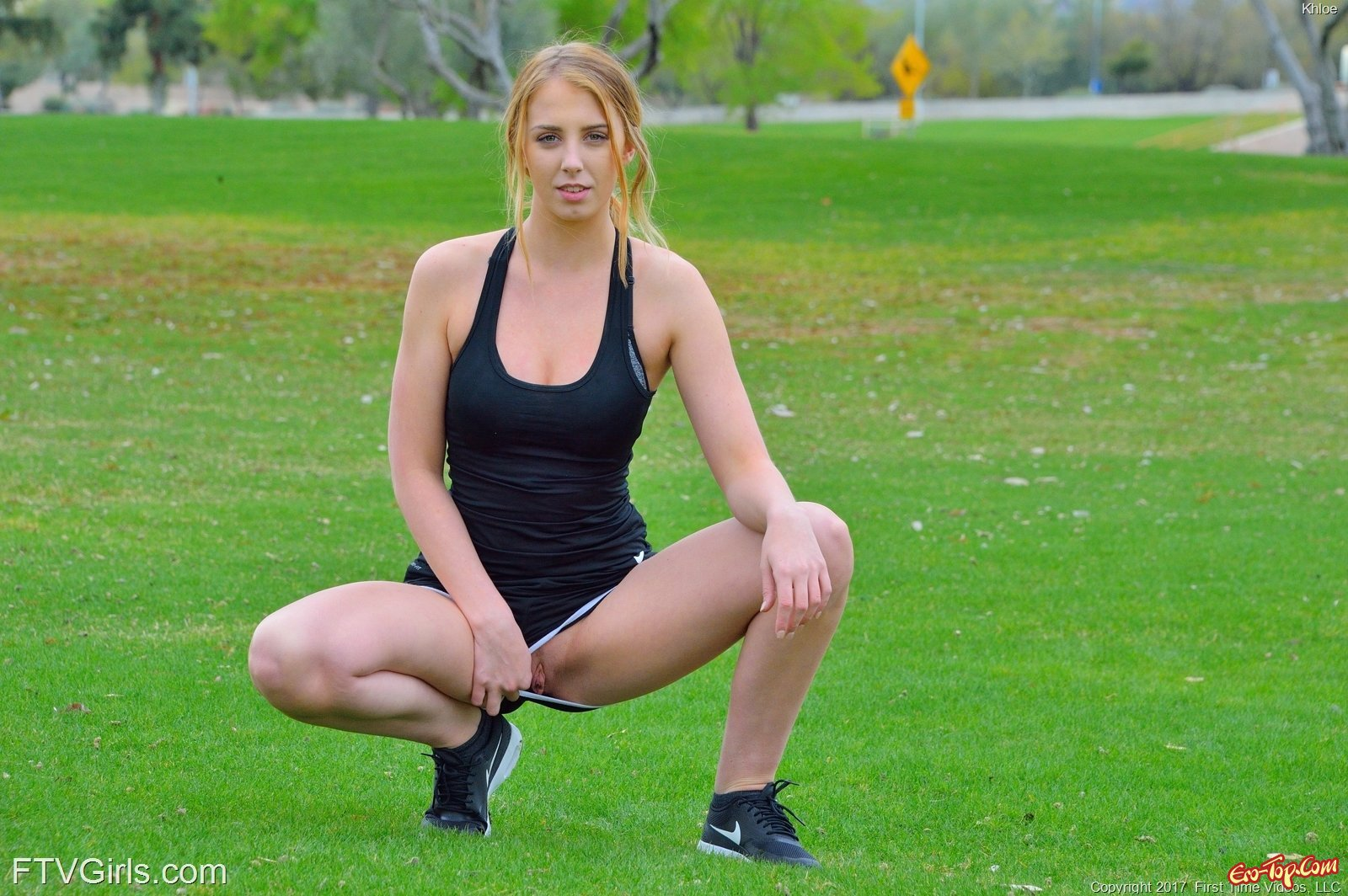 Сексуальная спортсменка разделась на газоне в парке