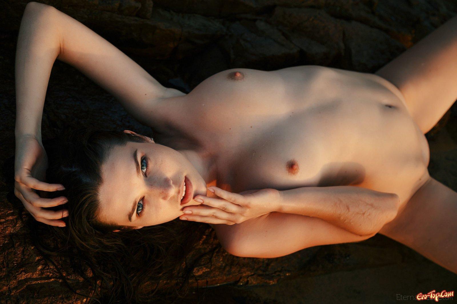 Сочная девушка показывает свое тело лежа в воде