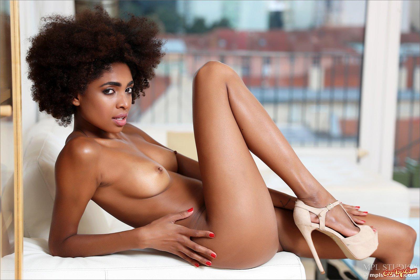 Подтянутая негритяночка стягивает интимное белье до гола