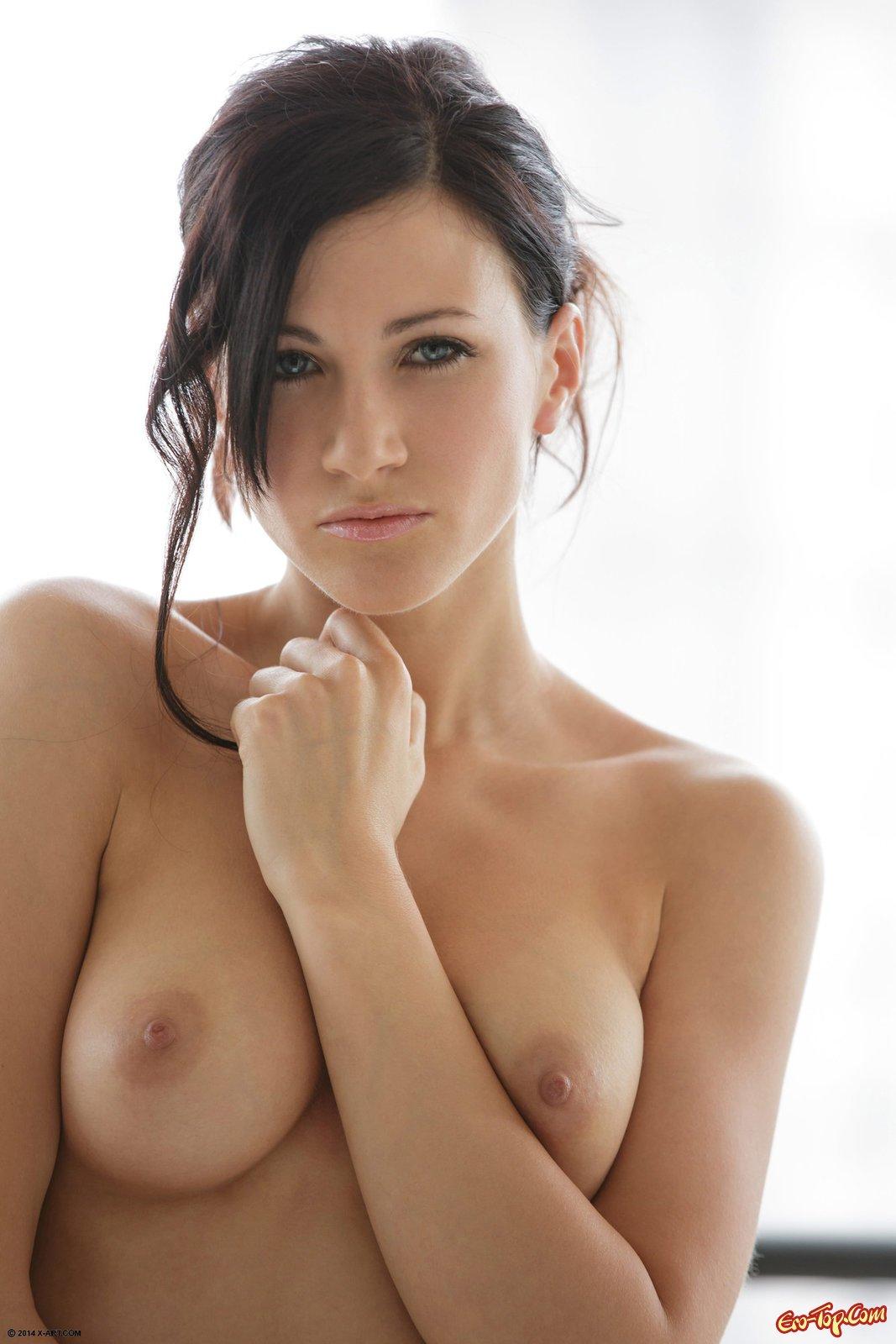 Выразительная девка оголила голенькую манду на диванчике