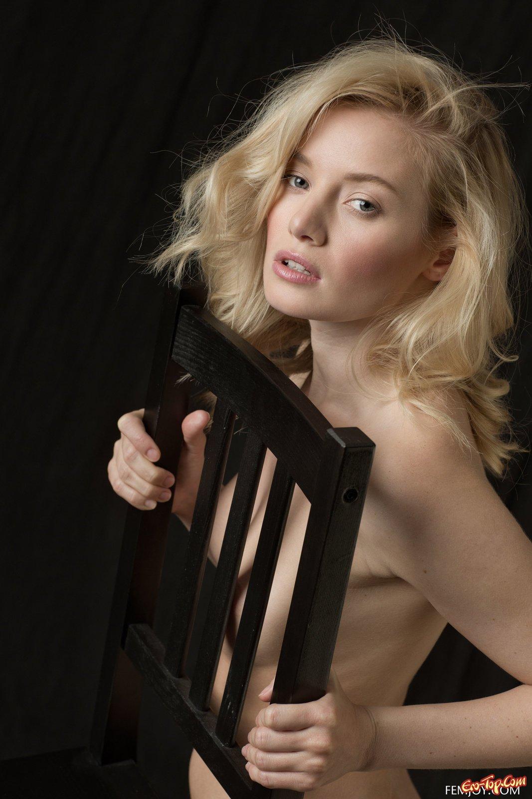 Голая блондиночка страстно позирует на стуле