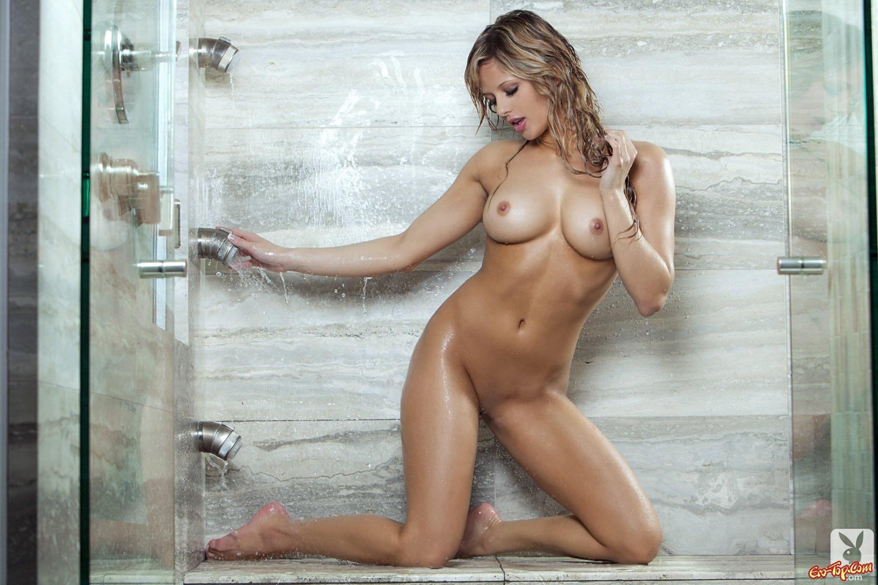 Мокрая красавица с милой фигурой