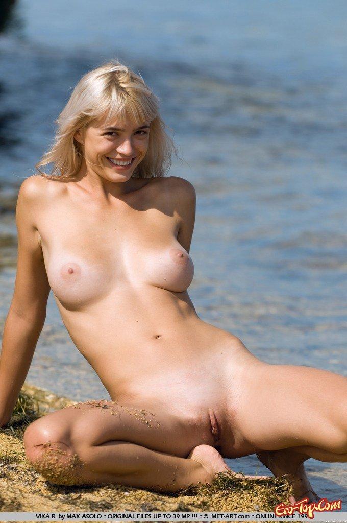Голая блондиночка на берегу моря