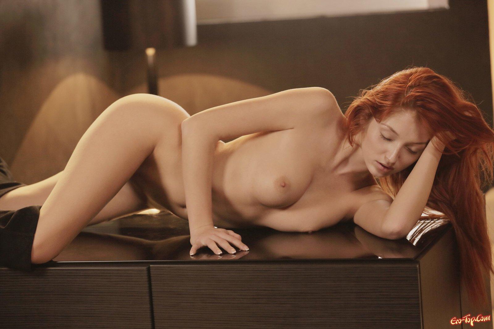 Симпатяга спускает трусики лежа на кухонном столе