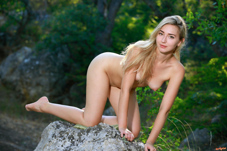 Весьма игривая блондиночка секс фото