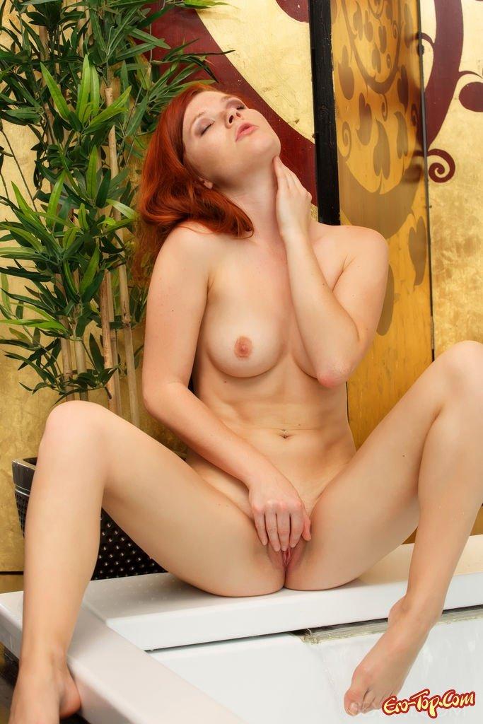 Рыженькая шлюшка в джакузи секс фото
