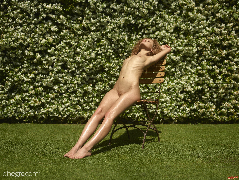 Девка с мохнатой киской играет на солнышке