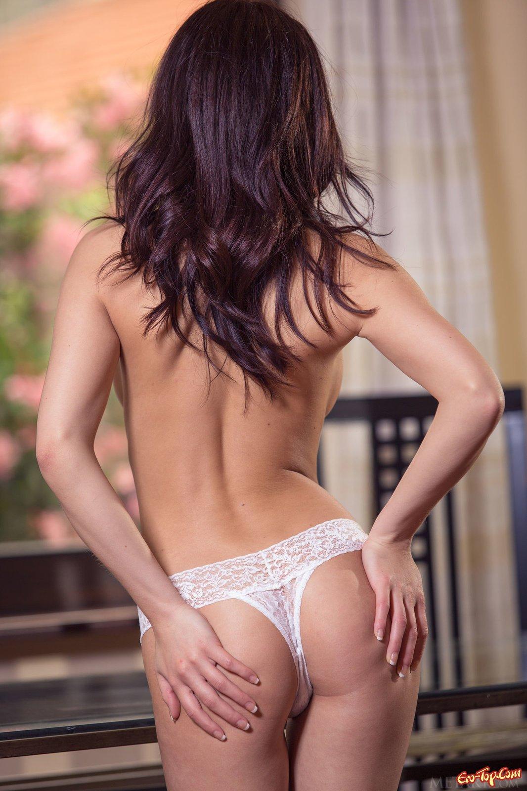 Азиаточка стягивает кружевное интимное белье на стуле