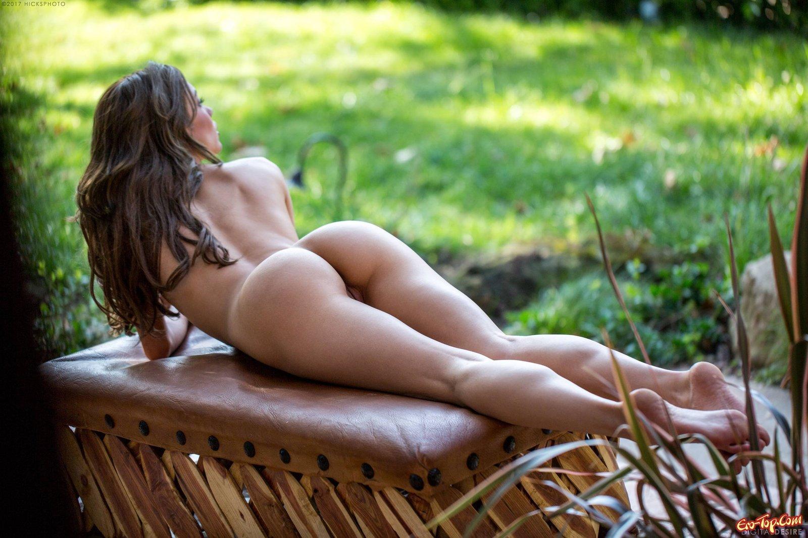 Милашка с нежной задницей сняла лифчик на даче