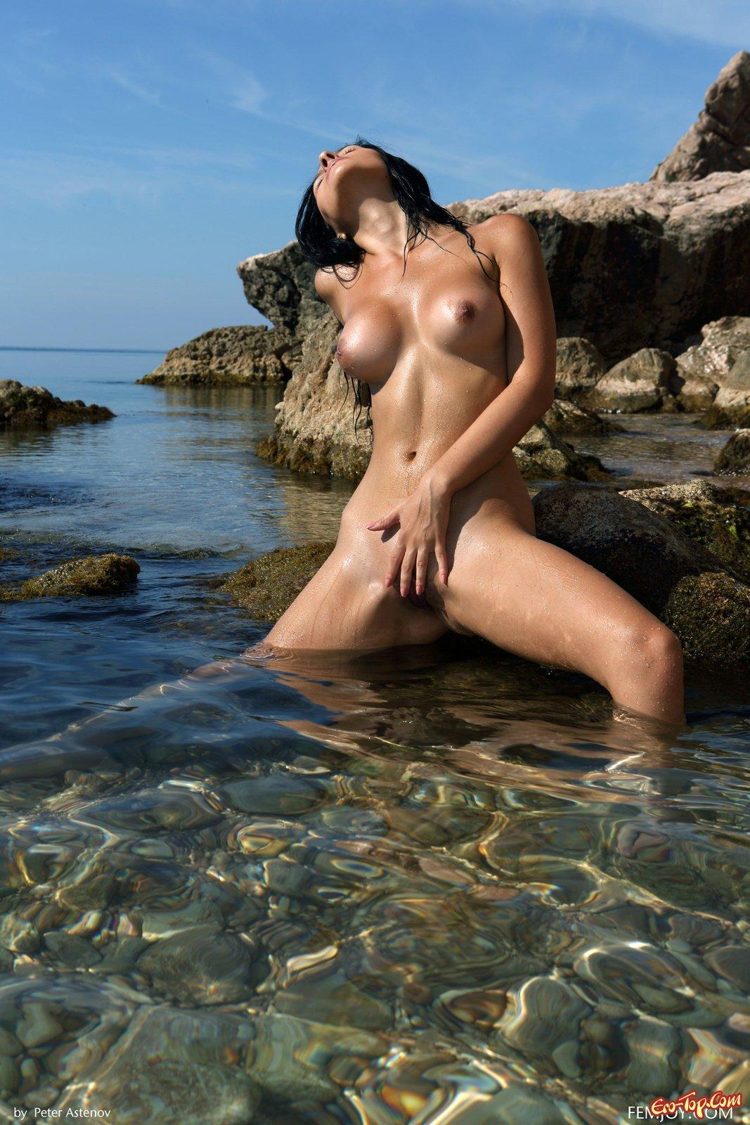 Обнаженная шатенка продемонстрировала письку в воде секс фото