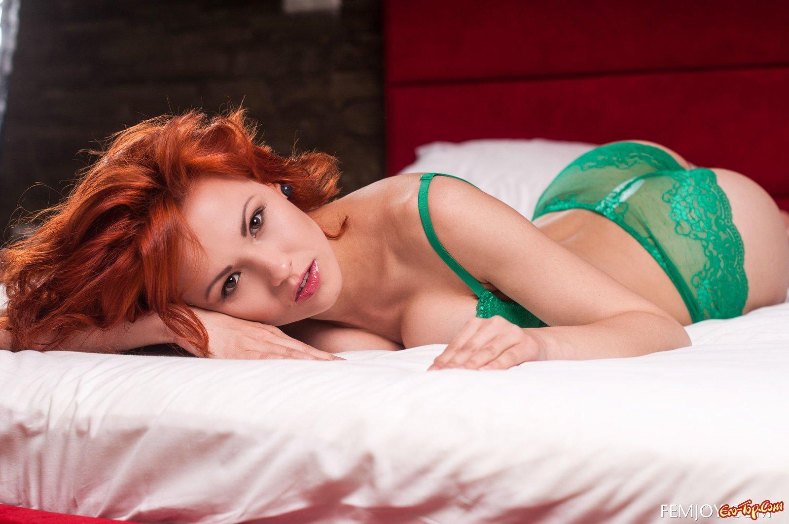 Рыжеволосая девка сняла сексуальное белье в кровати