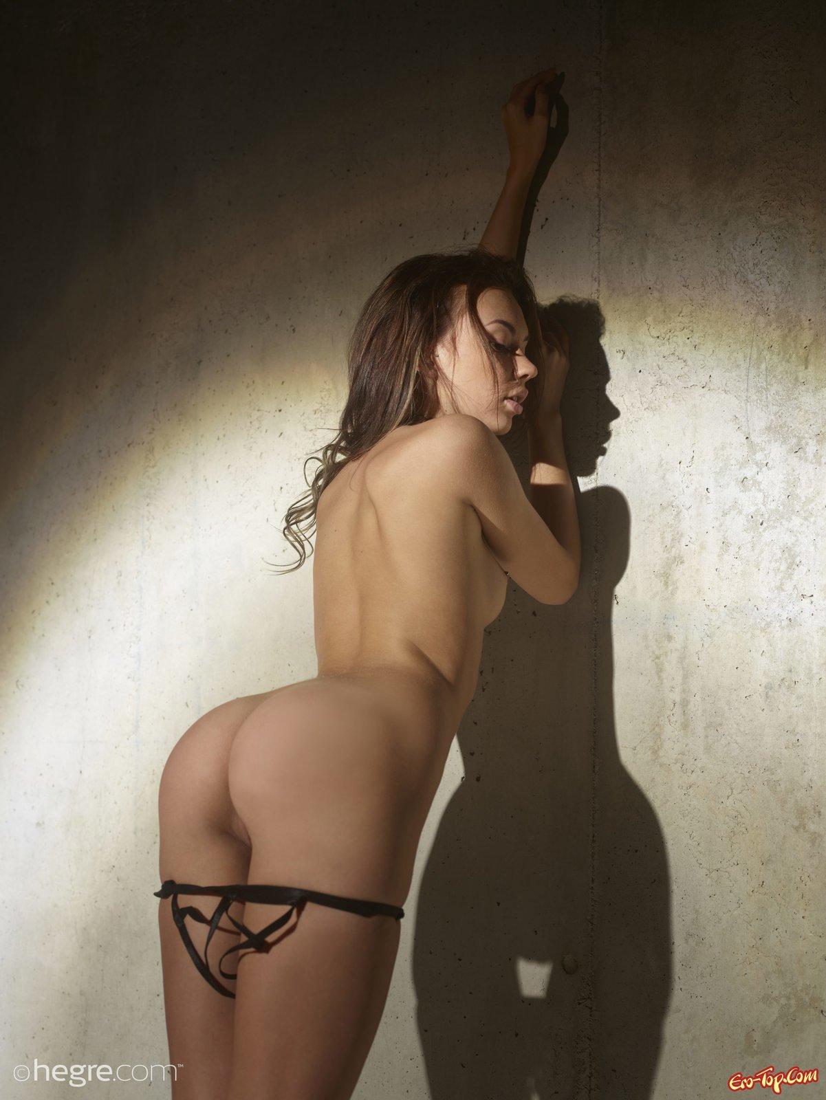 Няшка в соблазнительным нижнем белье снимается у стены секс фото