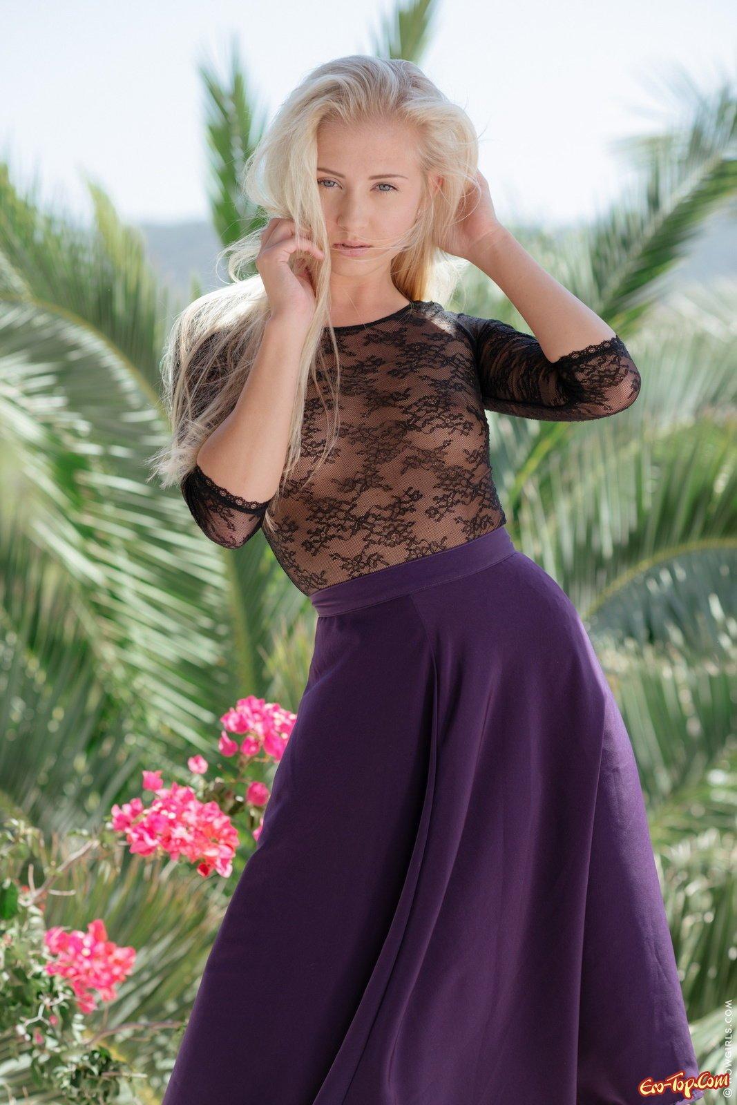 Жаркая блондинка раздевается в саду