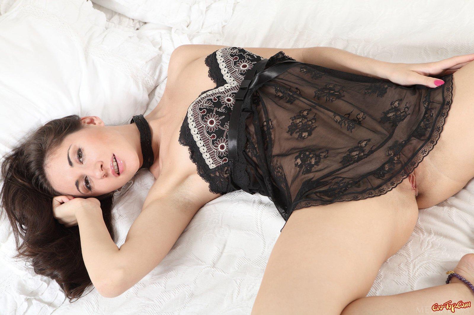 Секси девушка светит киской лежа в кровати