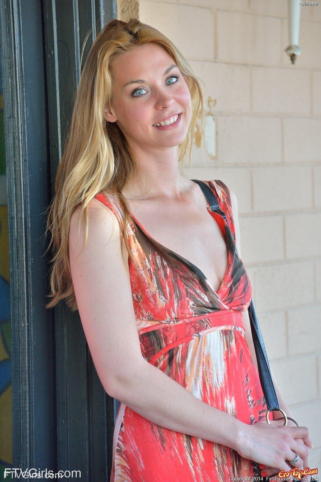 Блондинка показала грудь и письку в городе