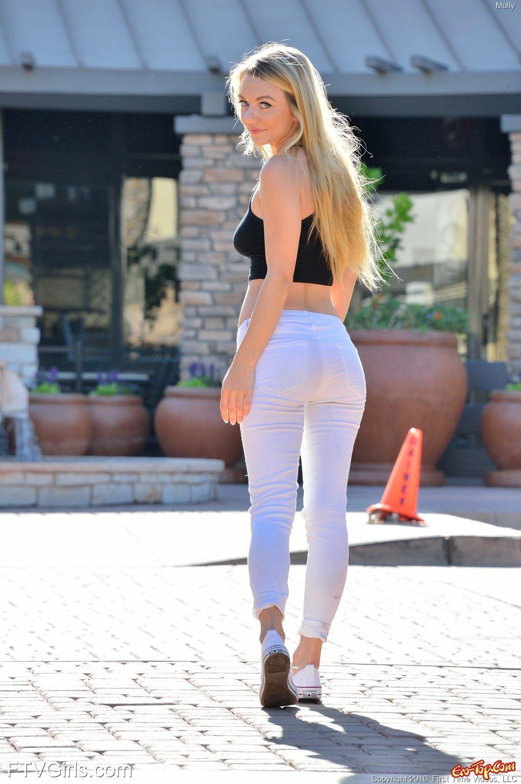 Блондинка сняла джинсы с трусиками на лавочке