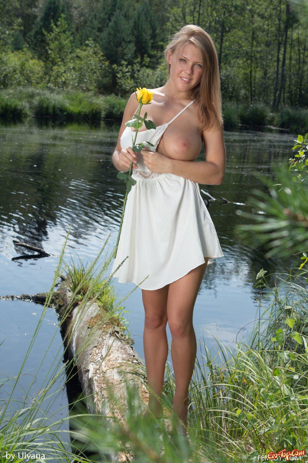 Блондиночка с большой грудью фотографируется рядом с озером