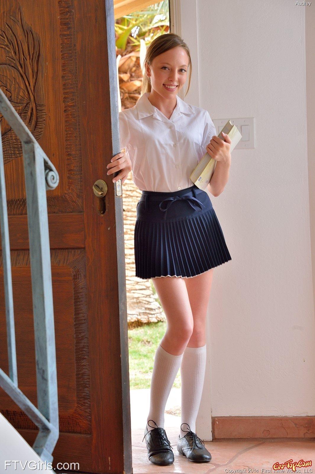 Молодая студентка хвастается киской в гостях секс фото