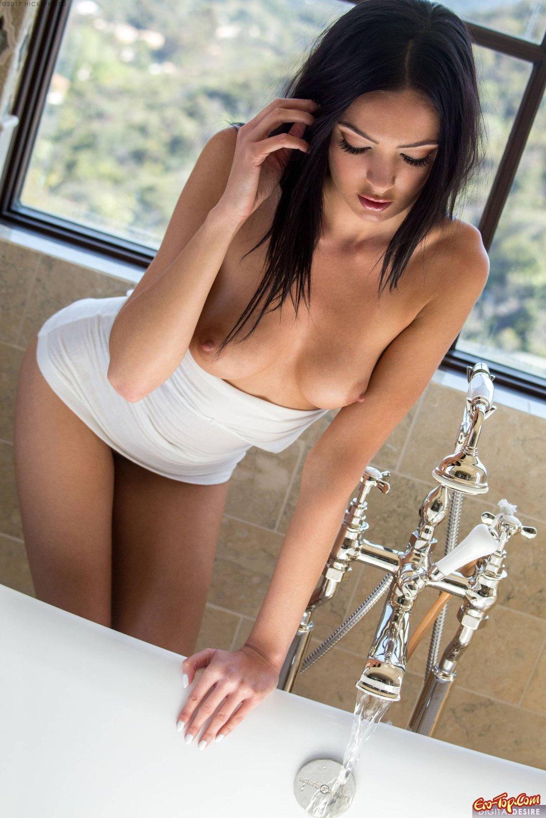 Брюнетка с волосатым лобком нежится в ванной