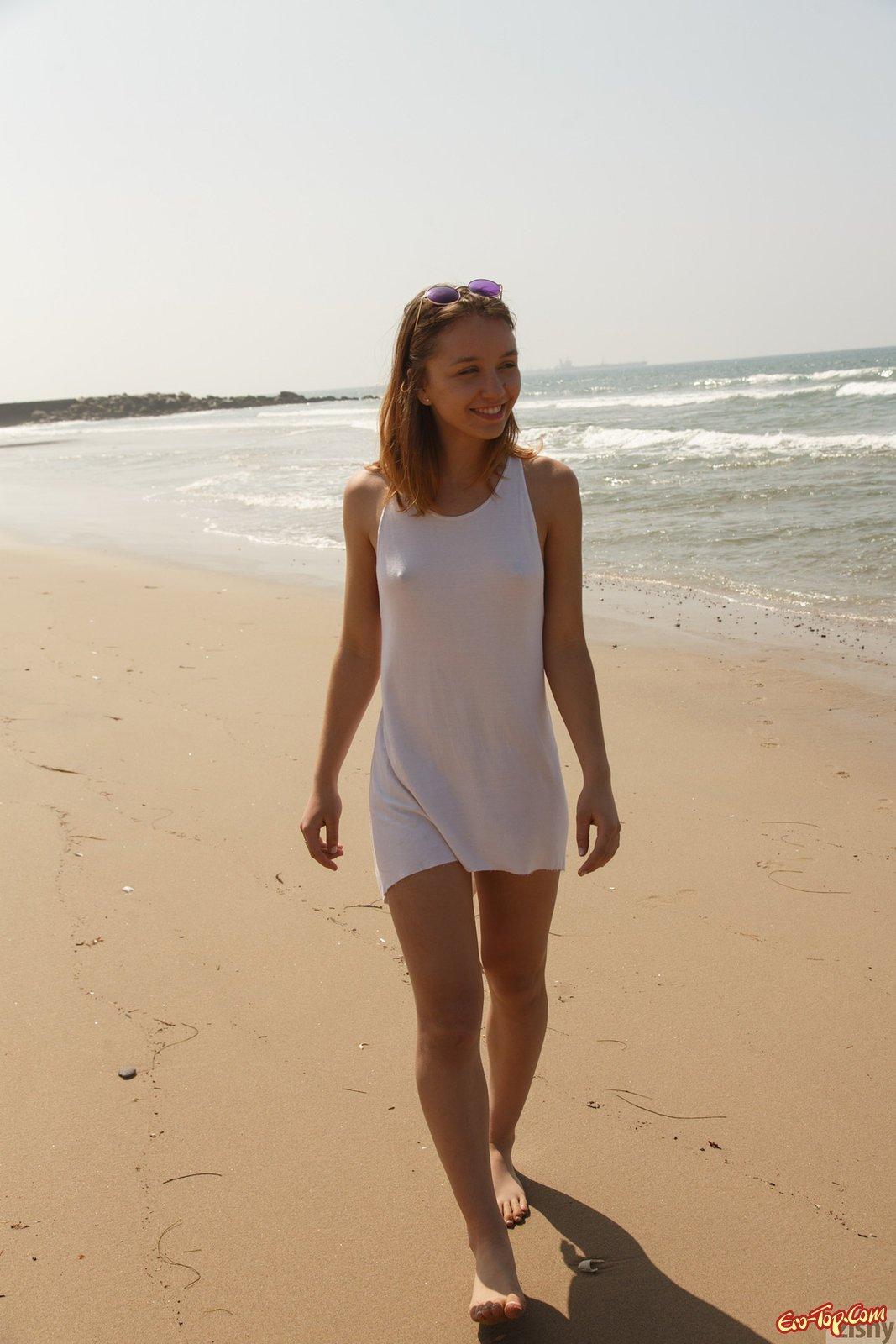 Woman без трусиков засветила титьки и пизду на песке