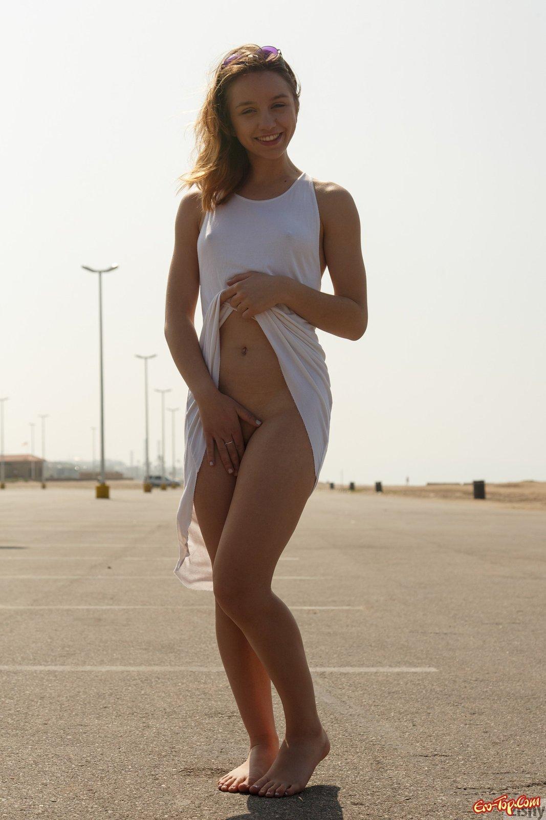 фото девушек на пляже без трусов скачать архивом