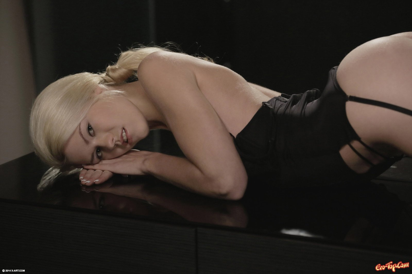 Блондинка в нижнем белье показала попку на столе
