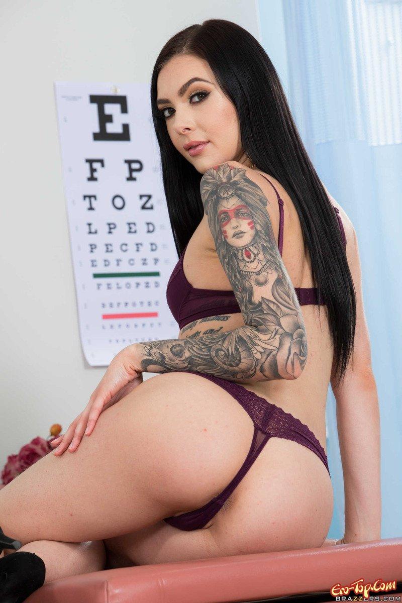 Тощая красотка с татуировкой