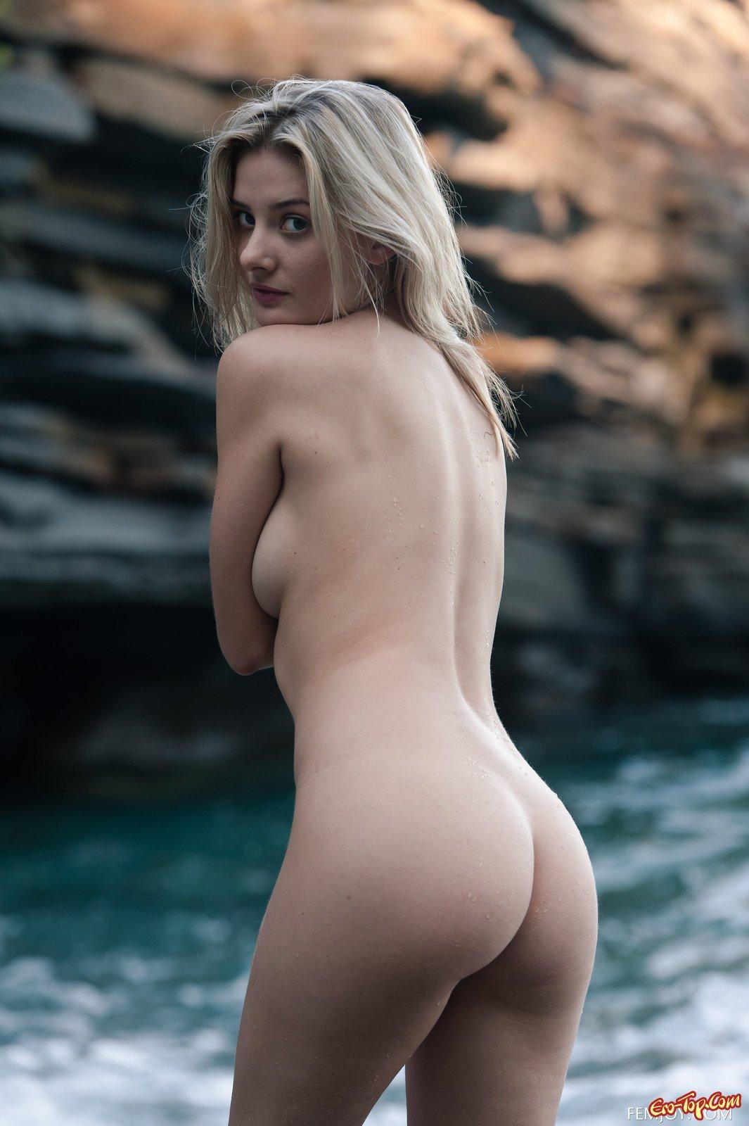 Блондинка демонстрирует волосатую киску на пляже
